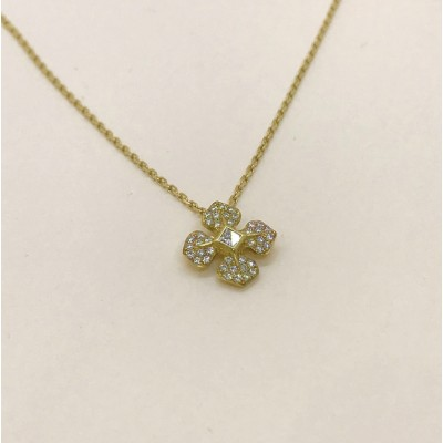 Collier avec sa chaîne en or et son pendentif serti de diamants